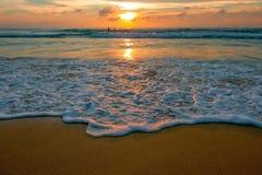 飞溅在棕色沙子海滩的海水在日落期间在普吉岛泰国 图库摄影