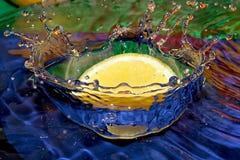 飞溅在水中的柠檬 免版税库存照片