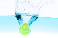 飞溅在水之下的柠檬 免版税库存照片