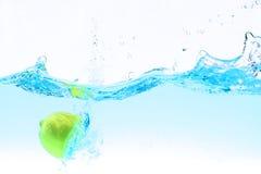 飞溅在水之下的柠檬 免版税库存图片