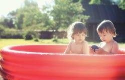 飞溅在水池的婴孩户外 库存照片