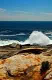 飞溅在海岸线上的大波浪 免版税库存图片