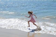 飞溅在海的孩子 免版税库存图片