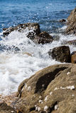 飞溅在海滩的水 库存照片