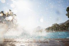 飞溅在游泳池的水 库存图片