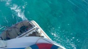 飞溅在游艇后的水 潜航在美丽的海 在珊瑚和鱼附近 深蓝温暖的水 有效的生活方式 股票视频