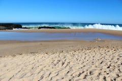 飞溅在玄武岩的波浪晃动在海洋海滩Bunbury西澳州 免版税库存照片