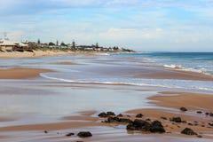 飞溅在玄武岩的波浪晃动在海洋海滩Bunbury西澳州 库存照片