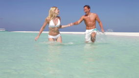 飞溅在美丽的热带海的夫妇 股票录像