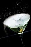 飞溅在马蒂尼鸡尾酒鸡尾酒的橄榄 免版税库存图片