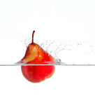 红色梨飞溅 库存照片