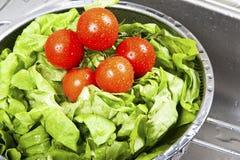 飞溅在水中的新鲜蔬菜 免版税库存图片