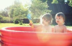 飞溅在水池的婴孩户外 库存图片