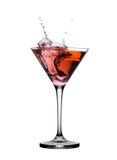 飞溅在玻璃的红色马蒂尼鸡尾酒鸡尾酒被隔绝 库存照片