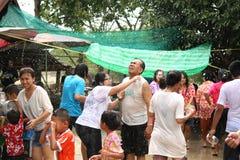 水飞溅在Songkran节日的人们 免版税库存照片