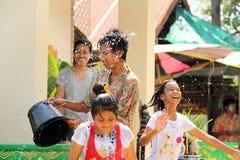 水飞溅在Songkran节日的伯父和甥女。 免版税库存照片