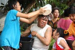 水飞溅在Songkran节日的伯父和甥女。 库存照片