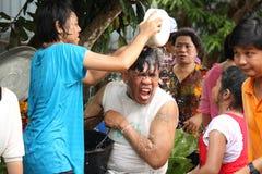 水飞溅在Songkran节日的伯父和甥女。 图库摄影
