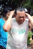 水飞溅在Songkran节日的伯父和甥女。 库存图片