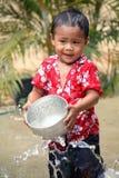 水飞溅在Songkran节日的孩子 库存图片