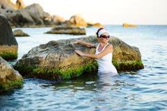 飞溅妇女的美丽的海运 免版税库存图片