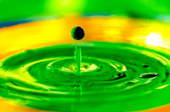 飞溅宏观液体油漆的下落在水中 免版税库存图片