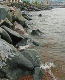 飞溅挥动反对德卢斯` s岩石防堤 免版税库存图片