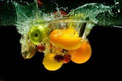 飞溅新鲜的水果和蔬菜 免版税库存照片