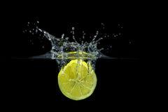 飞溅柠檬 免版税库存图片