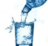 飞溅水白色的背景蓝色玻璃 免版税库存照片
