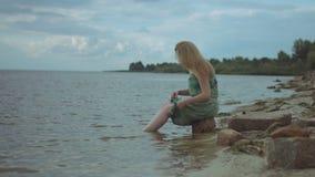 飞溅水的可爱的红头发人妇女在海 影视素材