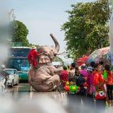 飞溅水的大象在Songkran节日期间在2013年4月13日在阿尤特拉利夫雷斯,泰国 免版税库存图片