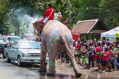 飞溅水的大象在Songkran节日期间在2013年4月13日在阿尤特拉利夫雷斯,泰国 免版税库存照片