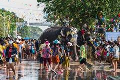 飞溅水的大象在Songkran节日期间在2018年4月13日在阿尤特拉利夫雷斯,泰国 库存照片