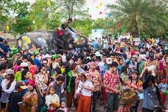 飞溅水的大象在Songkran节日期间在2018年4月13日在阿尤特拉利夫雷斯,泰国 免版税图库摄影