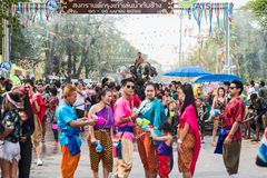 飞溅水的大象在Songkran节日期间在2018年4月13日在阿尤特拉利夫雷斯,泰国 库存图片