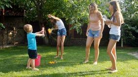 飞溅水的幸福家庭慢动作录影在彼此在后院庭院 股票录像