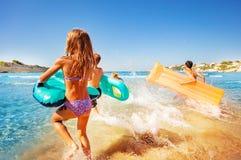 飞溅水的愉快的孩子,当进入海时 免版税库存照片