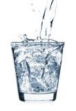 飞溅水的杯子冰 免版税库存图片
