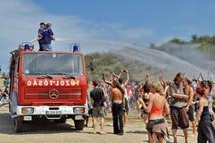 飞溅水的消防员在Ozora Fest的人群 免版税库存图片