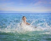 飞溅水的美丽的妇女 库存照片