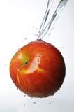 飞溅水的苹果 免版税库存照片