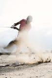 飞溅沙子的中年人,当使用在高尔夫球场时 库存照片