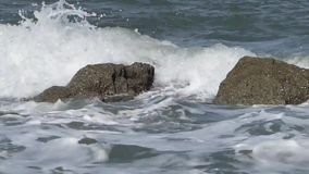 飞溅沿海的波浪岩石 影视素材