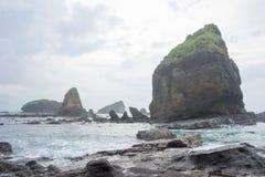 飞溅波浪的水在海在Papuma海滩, Jember,东部Jawa,印度尼西亚 免版税库存照片
