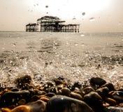 飞溅海洋和被放弃的码头 库存照片