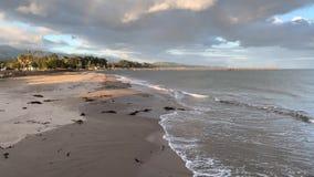 飞溅海浪在海滩圣芭卜拉格里塔 太平洋海岸加利福尼亚 股票录像
