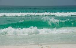 飞溅海浪的destin 库存照片