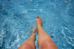 飞溅游泳的池 免版税库存图片