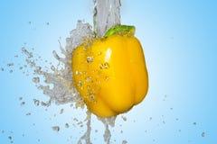 飞溅用黄色胡椒 免版税库存图片
